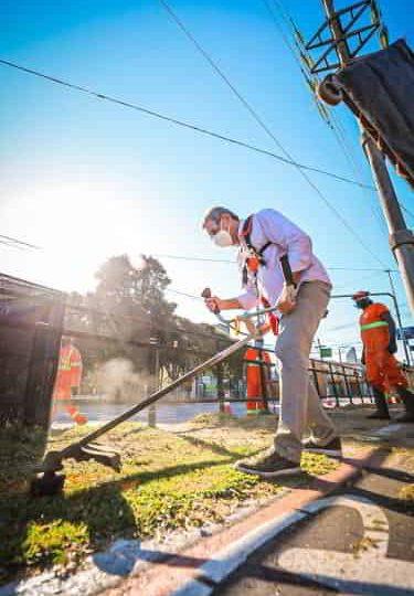 Dia do Trabalhador: prefeitura faz serviço de poda e roçada na avenida Ipiranga