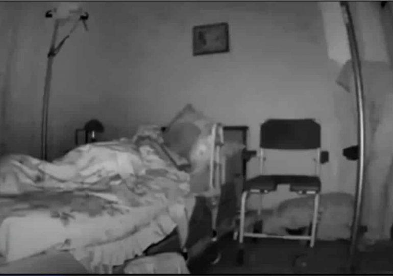 Câmera de segurança grava ladrão roubando casa de idosa